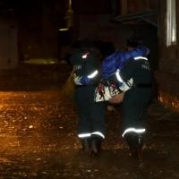 В Омске на затопленной улице спасатели на руках доставили кормящую мать к ребенку