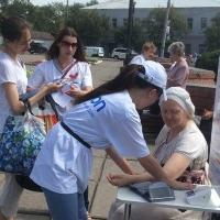 В Омске каждому желающему измеряют давление прямо на улице