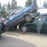 В Омске пьяный водитель «Мазды» посадил на свой капот «ВАЗ»