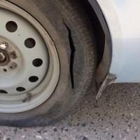 Омский водитель спросил в соцсетях, кто порезал шины на его «Приоре»