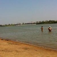 На омском пляже истекающего кровью ребенка спасли девушки
