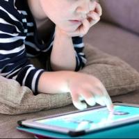Минздрав предупреждает: у 50% младшеклассников падает зрение из-за планшетов