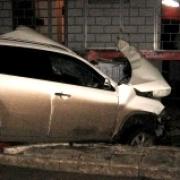 Иномарка врезалась в будку дежурного на железнодорожном переезде в Омской области