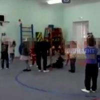 Омичи обсуждают видео, где в детском саду мальчика якобы ударила воспитательница