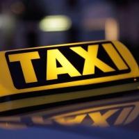 В центре Омска такси въехало в столб