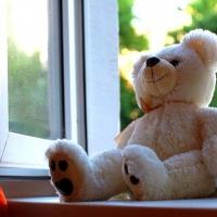 В Омске 2-летний малыш выпал из окна, оставшись без присмотра родителей