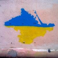После наплыва переселенцев на омских стенах начали появляться изображения жёлто-синего Крыма