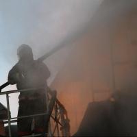 В Омске при тушении пожара в гараже пострадали четыре бойца МЧС (фото и видео)