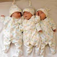 В Омском районе родителям тройни дали четырёхкомнатную квартиру