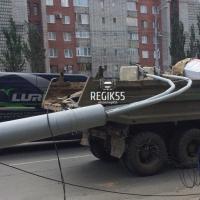 Соцсети: в Омске на улице Масленникова КамАЗ снес фонарный столб