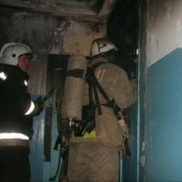 Омские пожарные спасли 17 человек из многоэтажки на Менделеева