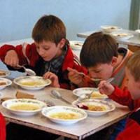 Омским школьникам варили обеды из некачественных круп