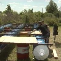 Омичи-экстремалы строят плот с караоке и мангалом для сплава в Большеречье