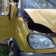 В Омске маршрутное такси врезалось в светофор