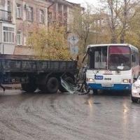 В Советском округе Омска КамАЗ прицепом зацепил пассажирский автобус
