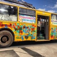 Омичей начали возить автобусы с символикой Дня города