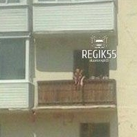 Омичка выгуливала малыша на перилах балкона