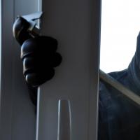В Омске работник завода с ружьем ограбил магазин