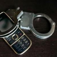 В Омске пассажир вышел из такси, прихватив телефон водителя