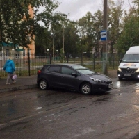 В Омске машина укатилась с парковки на дорогу
