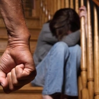 Родителей 14-летней омички отдадут под суд за избиение дочери