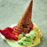Водители в считанные минуты разобрали 18 тонн омского мороженого, выпавшего из фуры