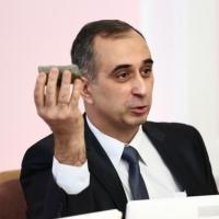 Кандидат в мэры Омска принес в Горсовет камень