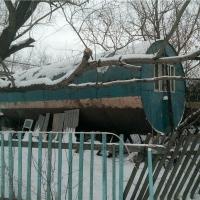 Жители омского поселка живут в бочках