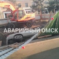 В Нефтяниках иномарка угодила в яму для ремонта