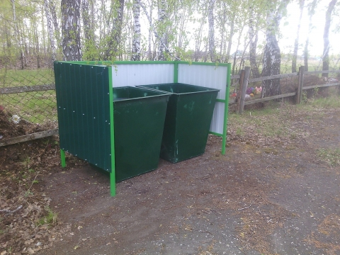 В Омский области суд обязал очистить кладбища от мусора
