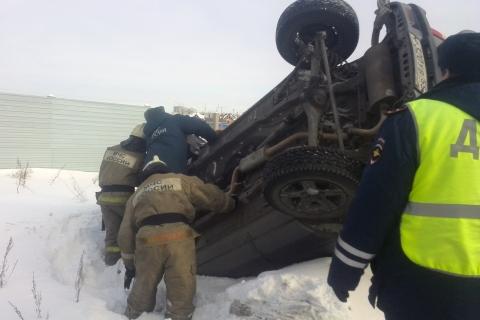 На Левобережье Омска спасатели вытащили улетевший в сугроб автомобиль (фото и видео)