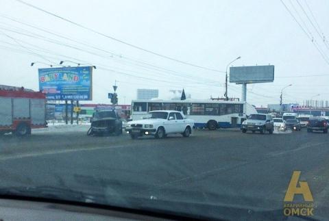 В Омске пассажирский автобус не поделил дорогу с иномаркой