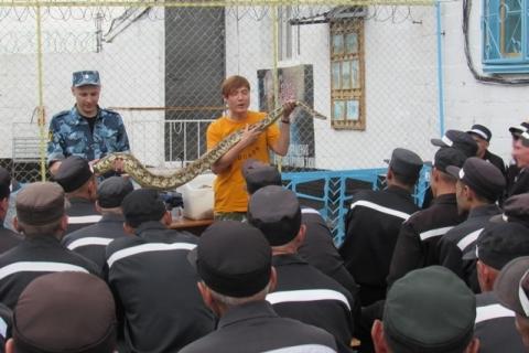 Омские осужденные сфотографировались с экзотическими животными