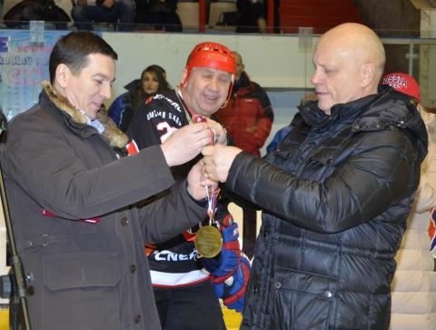 На открытии Ночной хоккейной лиги в Омске Виктор Назаров сделал вбрасывание шайбы