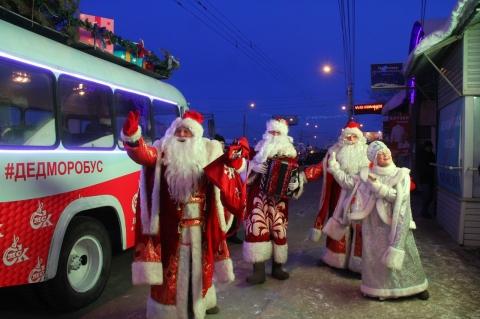Новогоднее настроение омичам дарит «ДедМоробус»