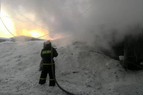 Пожарным потребовалось около 9 часов, чтобы потушить огонь в омском столярном цехе