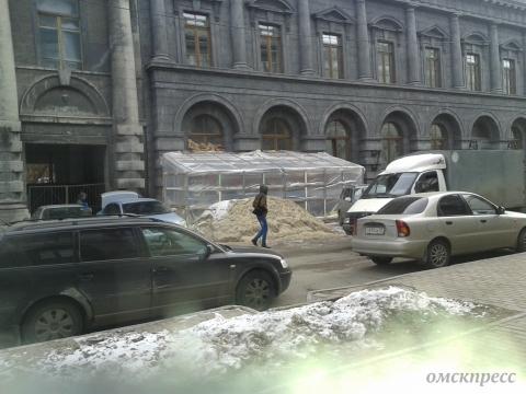 В Омске пристройку к старинному зданию запретили, но не убрали