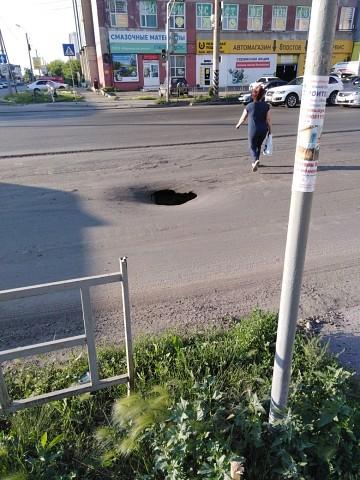 В центре Омска образовался провал посреди дороги