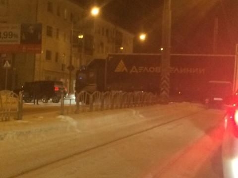 В Омске большегруз «Деловых Линий» перекрыл трамвайные пути