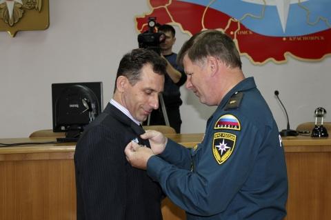 """Омские пожарные получили медали """"За отвагу"""" во время взрыва на заводе СК"""