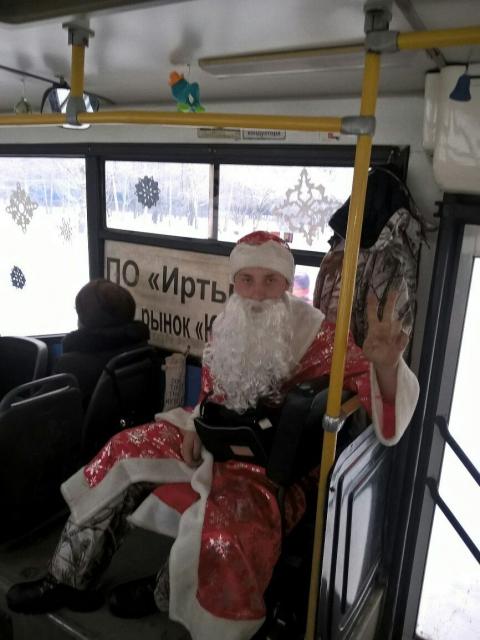 В омском автобусе № 58 плату за проезд собирает Дед Мороз