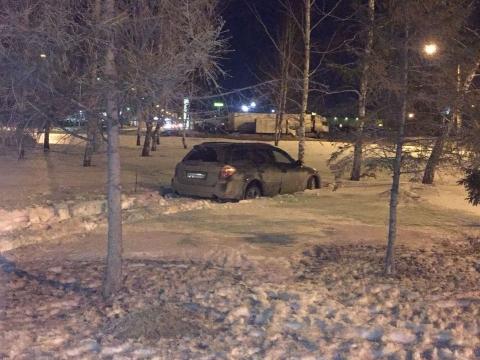 Пьяный омич на Subaru застрял в сугробе