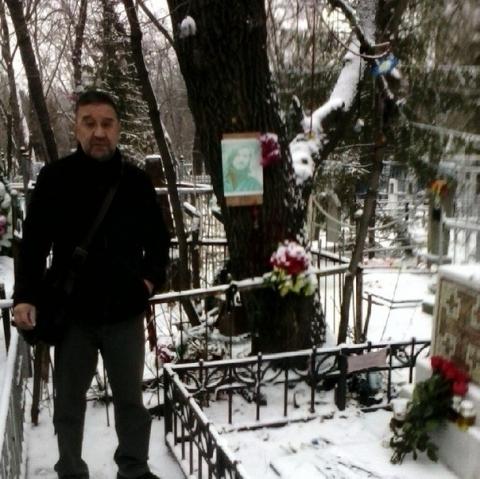 Фотографию Шевчука на могиле Летова в Омске обсудили в соцсетях