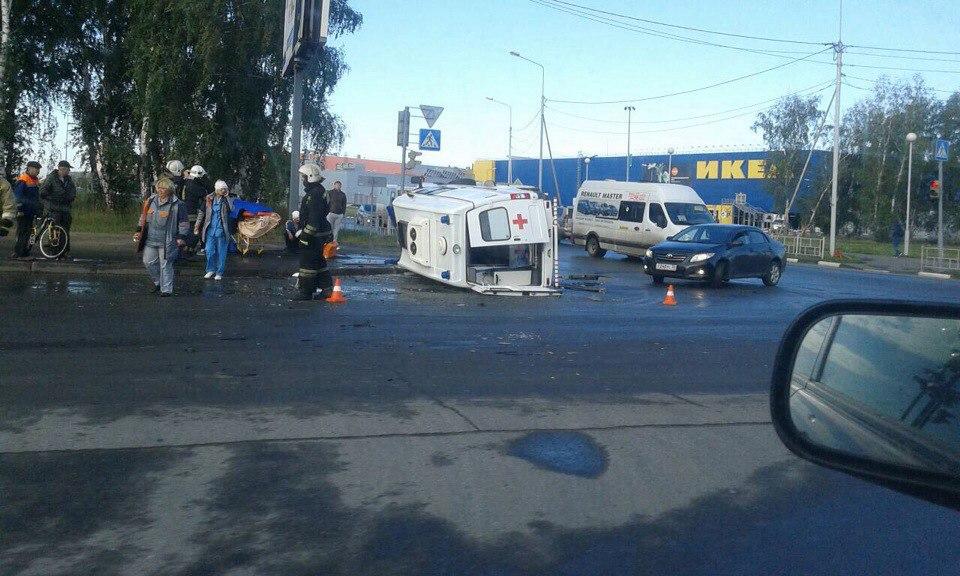 В Омске скорая помощь перевернулась после столкновения с «Тойотой»