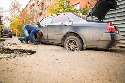 На центральной улице Омска машина провалилась в асфальт