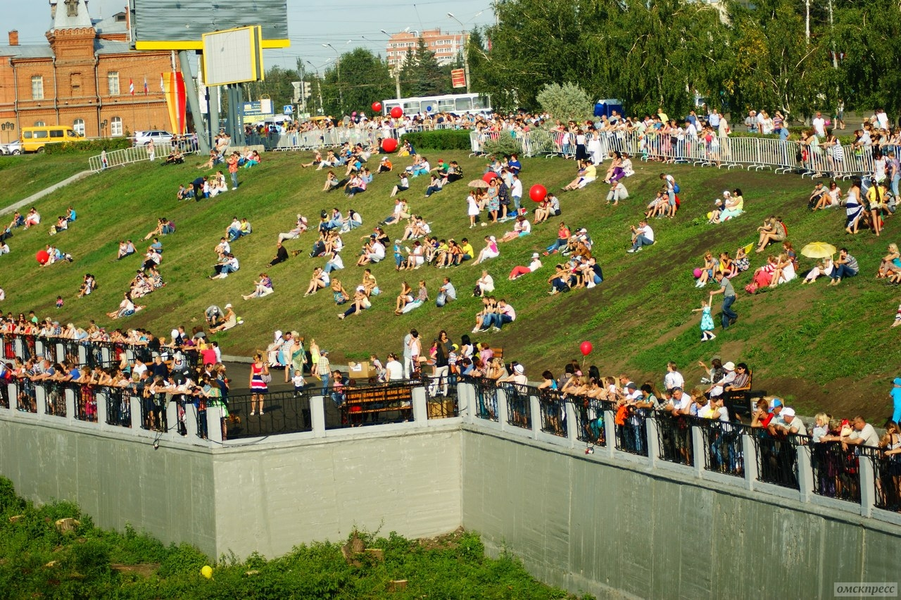 Омичи смотрели концерт с новой сцены и катались на байдарках