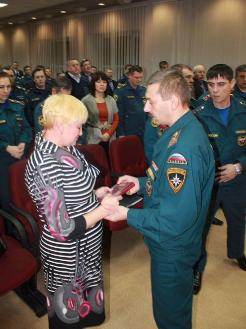 Посмертная награда омского пожарного вручена его вдове
