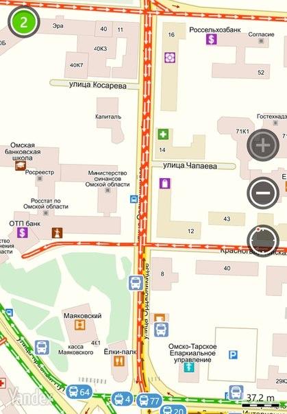 В центре Омска водитель на BMW снёс пять припаркованных иномарок