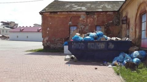 Омичей возмутила мусорная свалка посреди исторического центра города