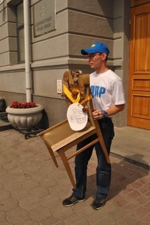 Омские ЛДПРовцы подарили Вячеславу Двораковскому подарок с намёком